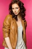 Belle jeune brune dans la veste en cuir Image stock