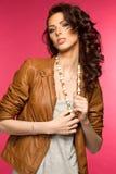 Belle jeune brune dans la veste en cuir Images libres de droits