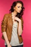 Belle jeune brune dans la veste en cuir Photos libres de droits