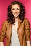 Belle jeune brune dans la veste en cuir Image libre de droits