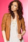 Belle jeune brune dans la veste en cuir Photographie stock libre de droits