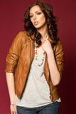 Belle jeune brune dans la veste en cuir Photographie stock