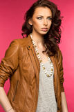 Belle jeune brune dans la veste en cuir Photo stock