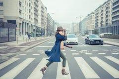 Belle jeune brune posant dans les rues de ville Photo stock