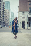 Belle jeune brune posant dans les rues de ville Images stock