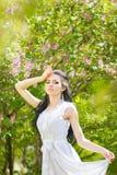 Belle jeune brune posant en nature Image stock