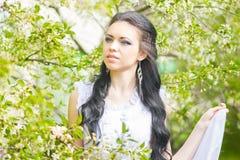 Belle jeune brune posant en nature Images libres de droits