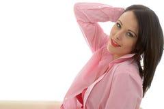 Belle jeune chemise modèle classique sexy fascinante de Posing In Pink Image libre de droits