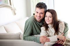 Belle jeune détente de couples photographie stock libre de droits