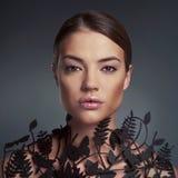 Belle dame avec le modèle floral sur le cou Image stock