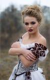 Belle jeune dame dans la robe magnifique de vintage, valeurs maximales de concentration au poste de travail professionnelles Photos stock