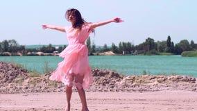 Belle jeune dame dans la robe rose banque de vidéos