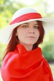Belle jeune dame dans le chapeau d'ummer Photographie stock