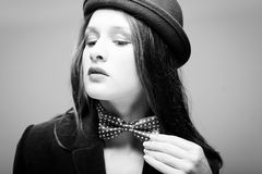 Belle jeune dame dans le chapeau et le noeud papillon Photo libre de droits