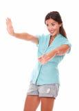 Belle jeune dame faisant des gestes une salutation Photographie stock libre de droits