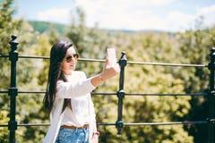 Belle jeune dame prenant un selfie Image stock