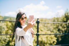 Belle jeune dame prenant un selfie Image libre de droits