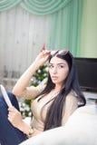 Belle jeune dame s'asseyant avec le carnet dedans Photo libre de droits