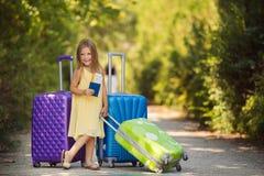 Belle jeune dame se déplaçant avec une valise Photo libre de droits