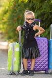 Belle jeune dame se déplaçant avec une valise Photo stock