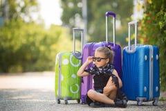 Belle jeune dame se déplaçant avec une valise Photos libres de droits