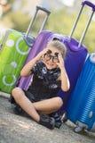Belle jeune dame se déplaçant avec une valise Images libres de droits