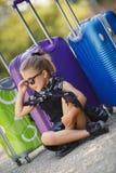 Belle jeune dame se déplaçant avec une valise Image stock