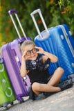 Belle jeune dame se déplaçant avec une valise Images stock