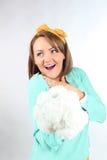 Belle jeune dame tenant le bouquet de fleurs blanches portant l'arc jaune posant sur un fond blanc dans le studio Image libre de droits