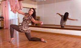 Belle, jeune, de plastique fille flexible faisant la danse de yoga dans Image stock