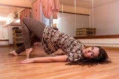 Belle, jeune, de plastique fille flexible faisant la danse de yoga dans Photo libre de droits