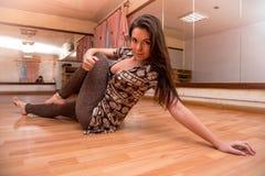 Belle, jeune, de plastique fille flexible faisant la danse de yoga dans Image libre de droits