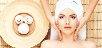 Belle, jeune et en bonne santé femme dans le salon de station thermale sur le tapis en bambou S Images stock