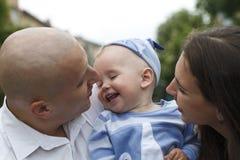 Belle jeune famille heureuse avec le bébé images stock