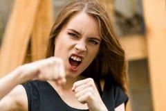 Belle jeune femelle montrant des poings Image libre de droits