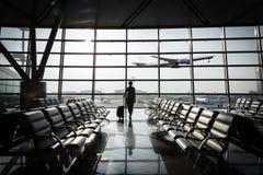 Belle jeune femme à l'aéroport Image stock