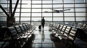 Belle jeune femme à l'aéroport Photo libre de droits