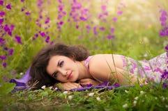 Belle jeune femme à l'extérieur images stock