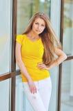 Belle jeune femme à la mode Photos libres de droits