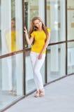Belle jeune femme à la mode Photo libre de droits