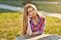 Belle jeune femme à la mode Photo stock