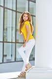 Belle jeune femme à la mode Image stock