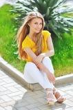Belle jeune femme à la mode Photographie stock libre de droits