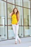 Belle jeune femme à la mode Photographie stock