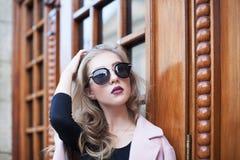 Belle jeune femme à la mode avec des lunettes de soleil regardant l'appareil-photo Mode femelle Verticale de plan rapproché Image stock