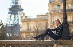 Belle jeune femme à Paris image libre de droits