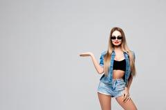 Belle jeune femme élégante avec de longs cheveux dans les lunettes de soleil et l'équipement de denim Maquillage lumineux, lèvres Images stock