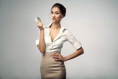 Belle jeune femme élégante d'affaires se tenant sur le studio avec le fond gris images stock