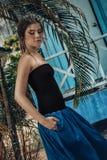 Belle jeune femme élégante posant dehors photographie stock