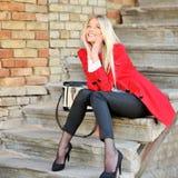 Belle jeune femme étonnée de sourire rêvant dehors images libres de droits